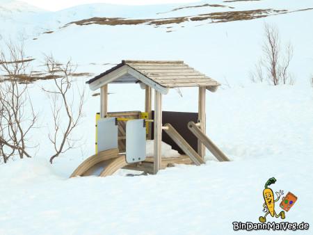 Eingeschneiter Spielplatz in Tromso