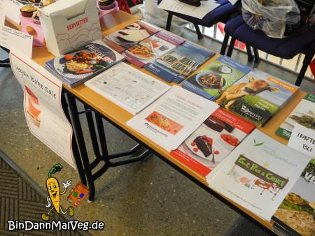 Tisch gefüllt mit veganen Flyern